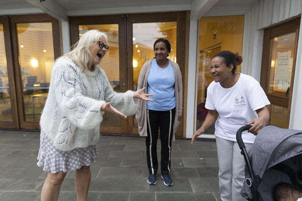 Mandagskveldene i Randaberg kirke tilbyr elleve pensjonister, med diakon Liv Helen Austbø (t.v.) i spissen, leksehjelp for innvandrere. Her slår Liv Helen, Meaza Kidane (midten) og Winta Okbay (t.h.) av en prat på utsiden etter leksehjelpen.