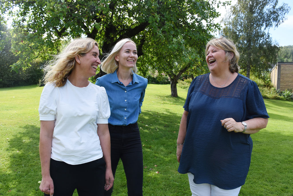 Lærer Aimi (t.v.), miljøarbeider og studentprest Anne Kristine og rektor Hege håper de kan skape nysgjerrighet på kristen tro og legge til rette for naturlige samtaler om det.